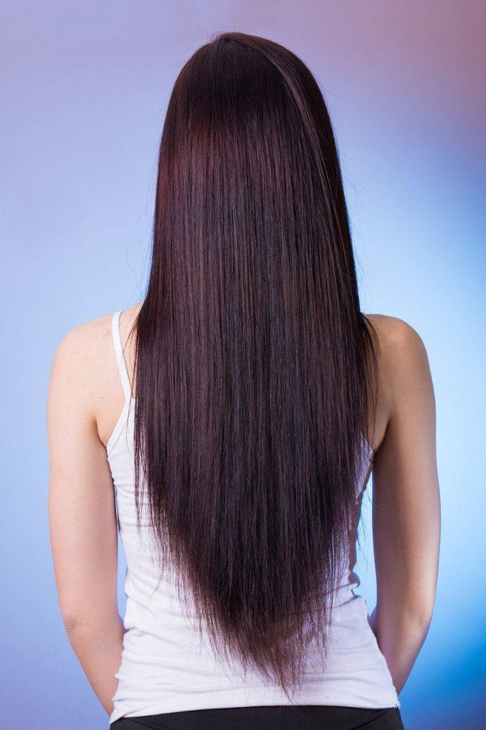 cheveux lisses sans lisseur