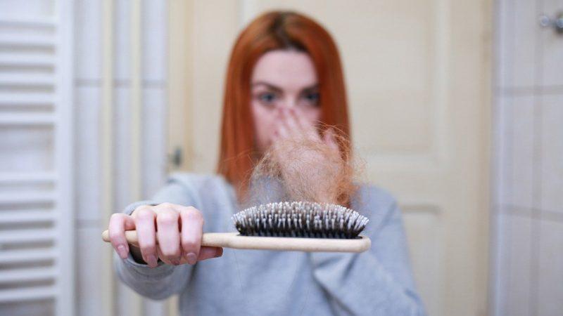 femme perd cheveux
